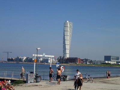 Playa de Malmö con el Turning Torso al fondo