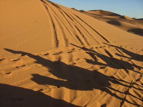 En camello por el desierto de Erg Chebbi en Marruecos