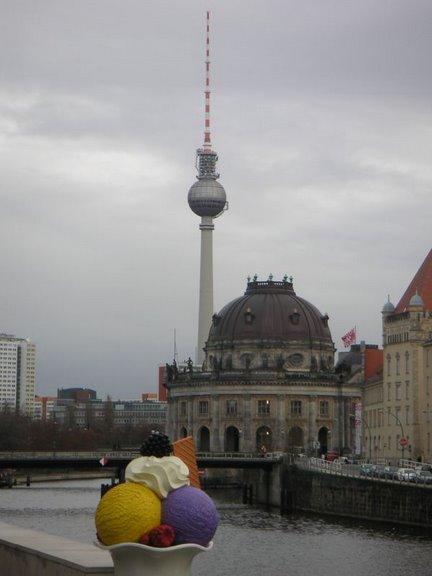 La torre de televisión de Berlín junto la isla de los museos