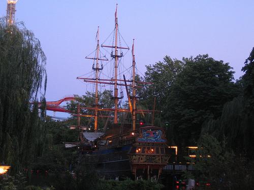 Barco restaurante en el Tívoli de Copenhague