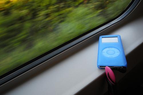 Escuchando música en el tren