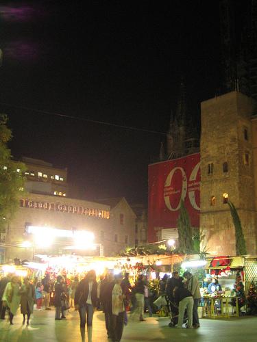 Puestos en el mercadillo de Santa Llúcia, Barcelona