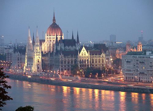 Parlamento de Budapest al atardecer, reflejado en el Danubio