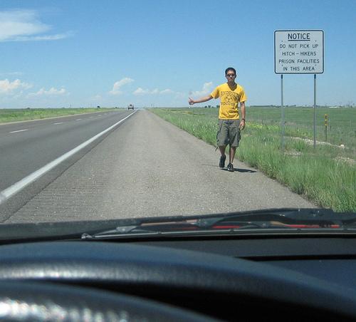 Autoestopista en una zona prohibida