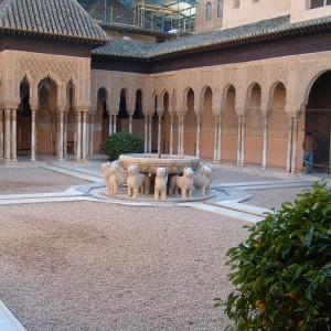 El Patio de los Leones de la Alhambra de Granada