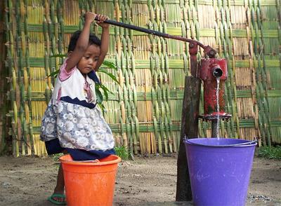 Niña sacando agua en Madagascar