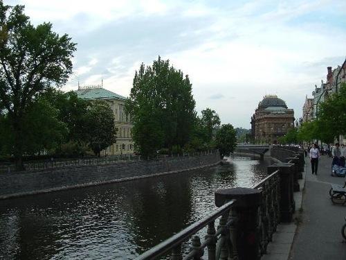 Pasear bordeando el río Vltava, en Praga