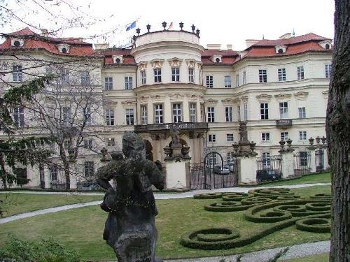 Exteriores de la embajada alemana en Praga