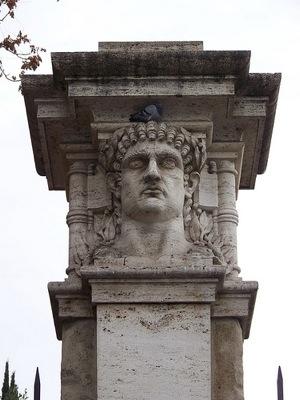Columna de Nerón, en la entrada de la Domus Aurea