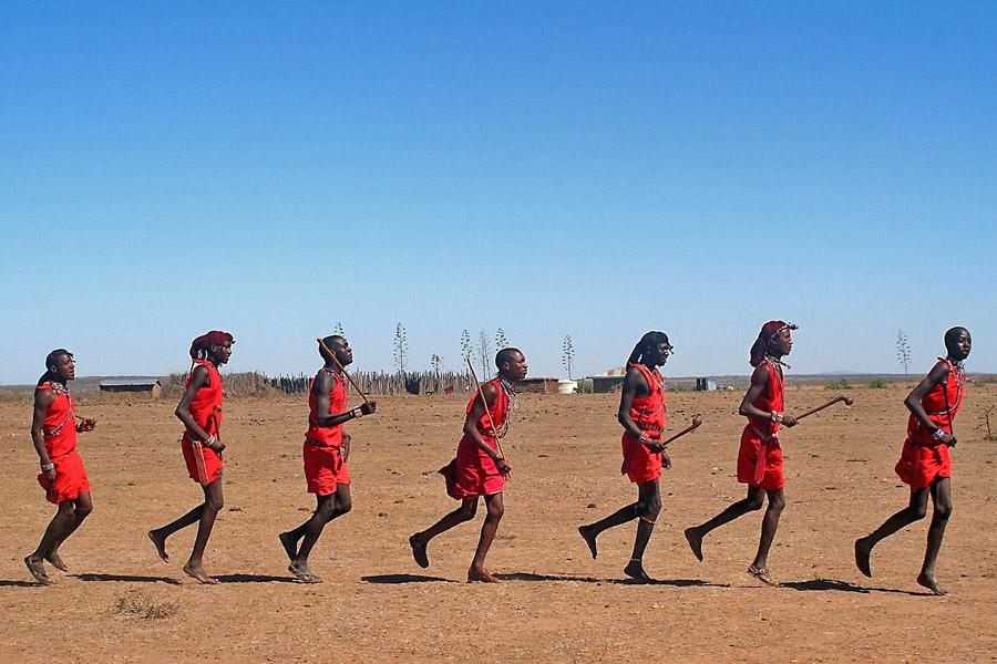 Guerreros masai corriendo en su poblado