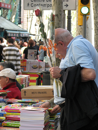 Gente paseando por las Ramblas de Barcelona en Sant Jordi