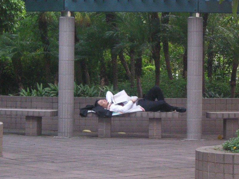 Un chino durmiendo en Hong Kong
