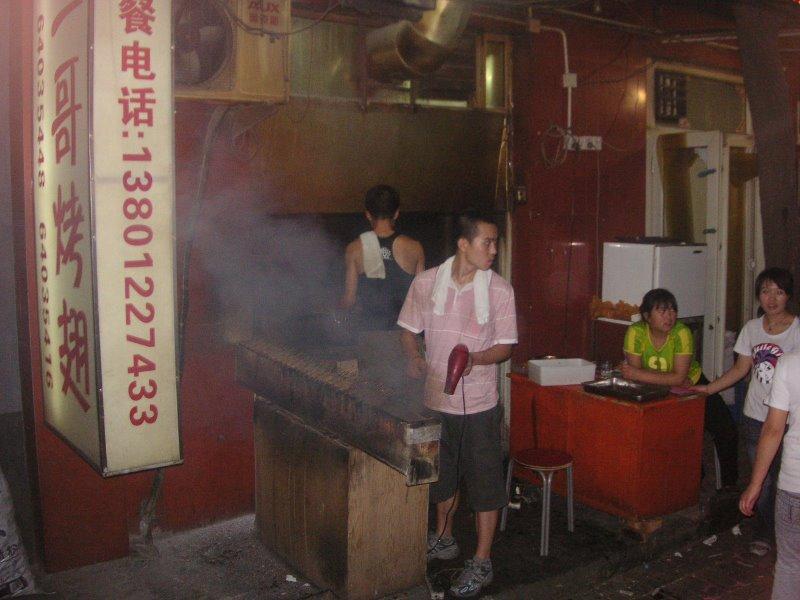 Cocinero con las herramientas típicas de la cocina típica en Beijing