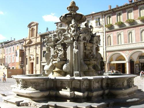 Fuente de la Piazza del Popolo en Cesena