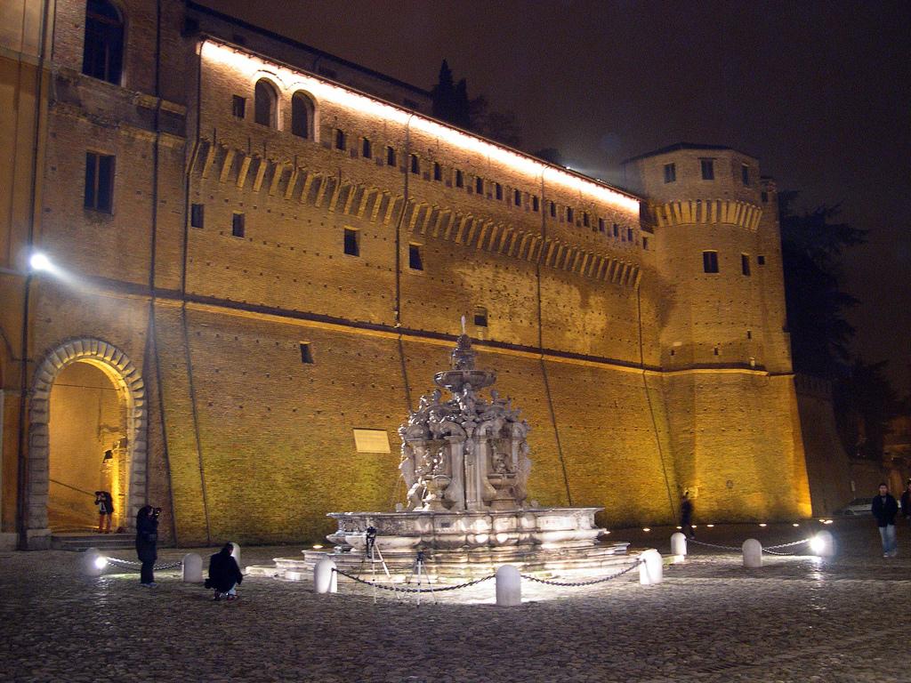 Piazza del Popolo de Cesena por la noche