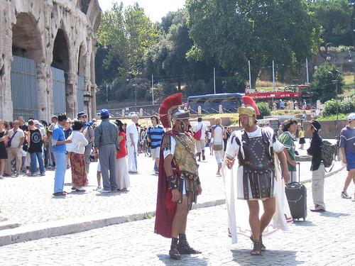 Actores haciendo de romanos, en el Coliseo de Roma