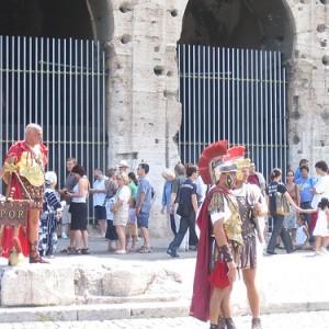 Pretorianos postizos, en el Coliseo de Roma