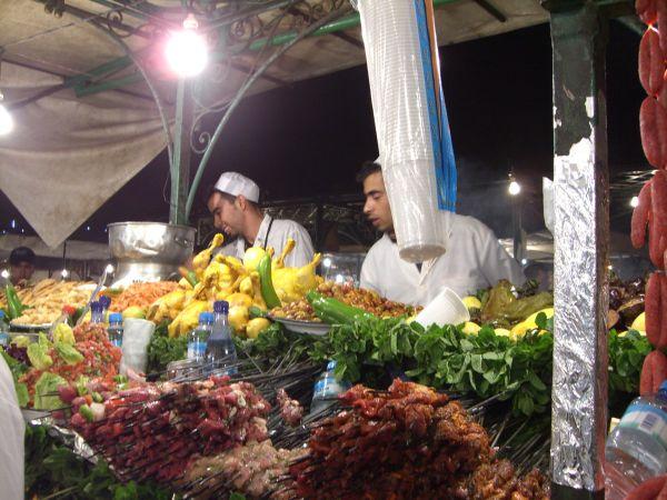 Garito con pinchitos y carne en la plaza Djema-el-Fna de Marrakech