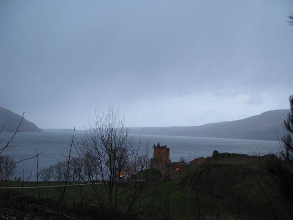 El castillo Urquhart sobre el lago Ness