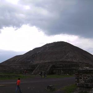 Sube la pirámide del Sol y la Luna de Teotihuacán