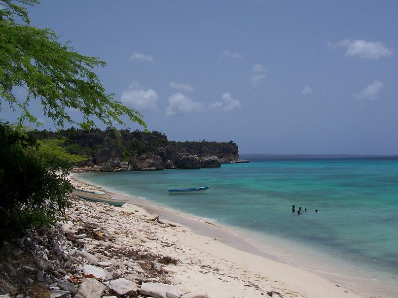 Playa de La Cueva en Enriquillo, por Sidddi.es