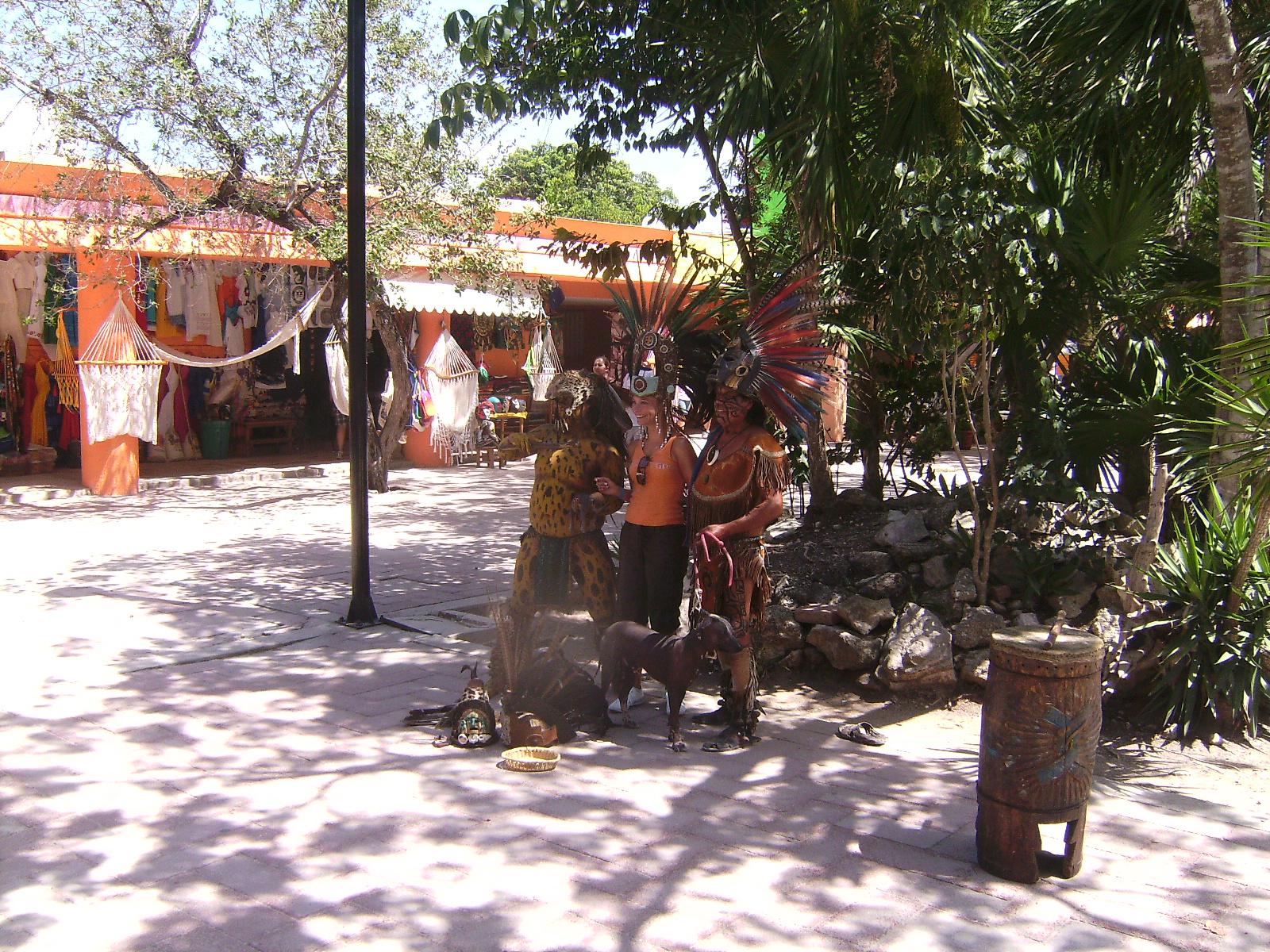 Mayas postizos con turista en Tulum
