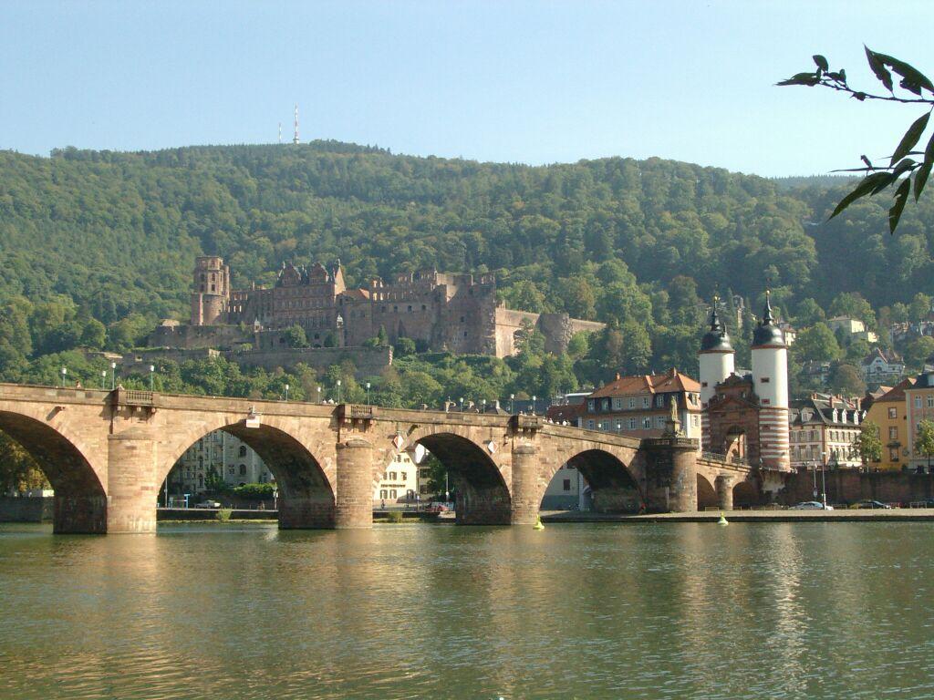 El castillo de Heidelbeg desde el río Neckar
