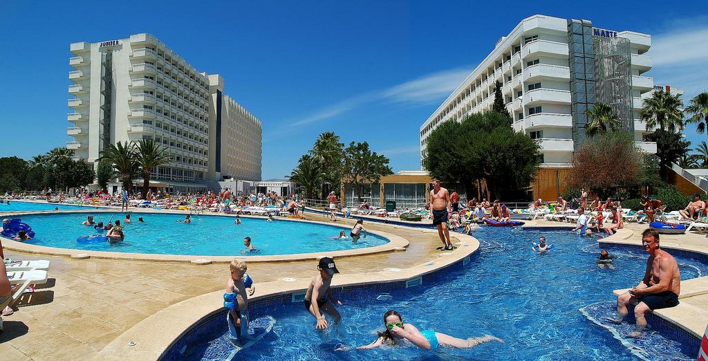 Piscinas de un hotel con todo incluído en Alcudia