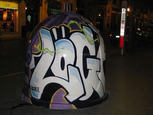 Graffitis en contenedores de vidrio