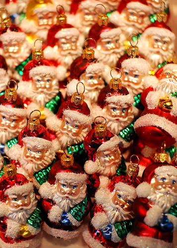 Figuras de papá Noel en un mercadillo de Navidad