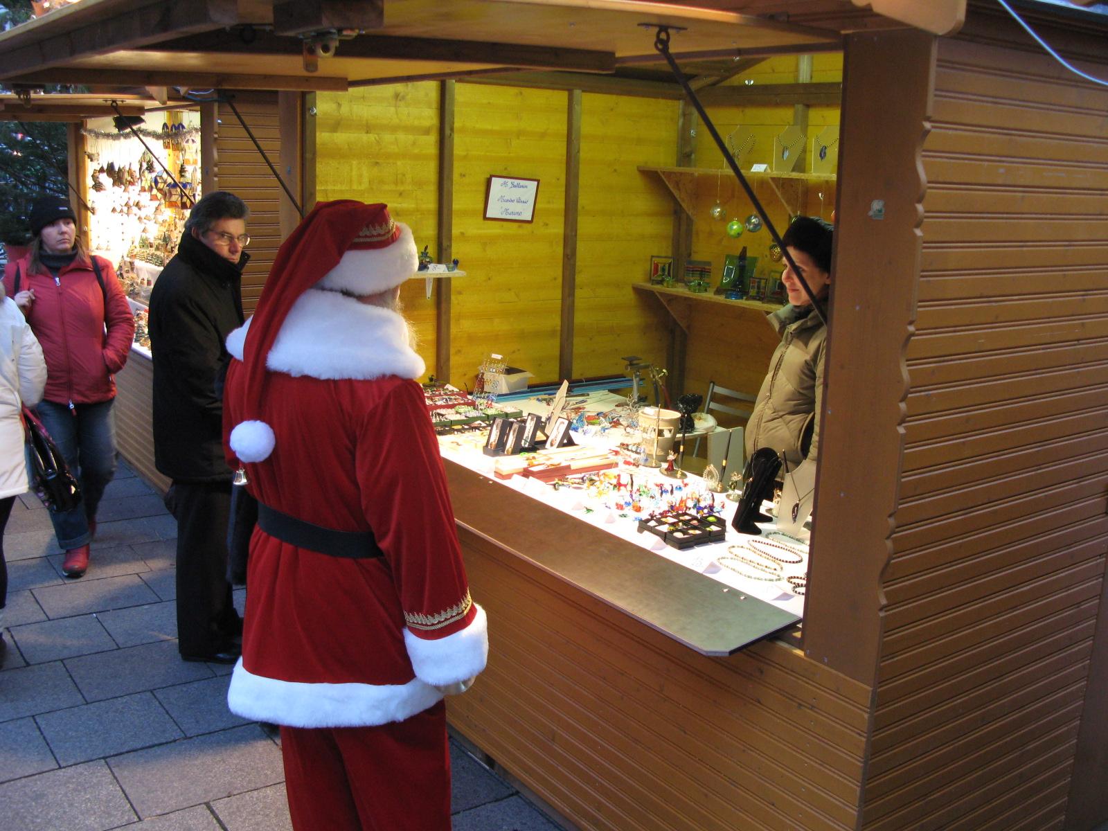 Santa Claus en el mercadillo de Navidad de Estrasburgo