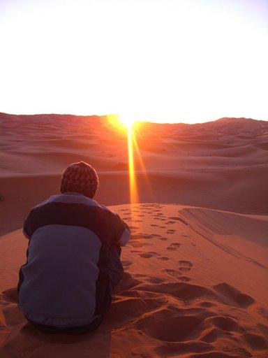 Salida del sol en Erg Chebbi desde lo alto de la gran duna