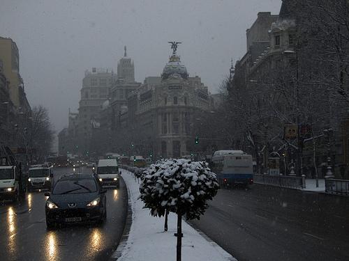 Calle Alcalá y edificio Metrópolis de Madrid nevado