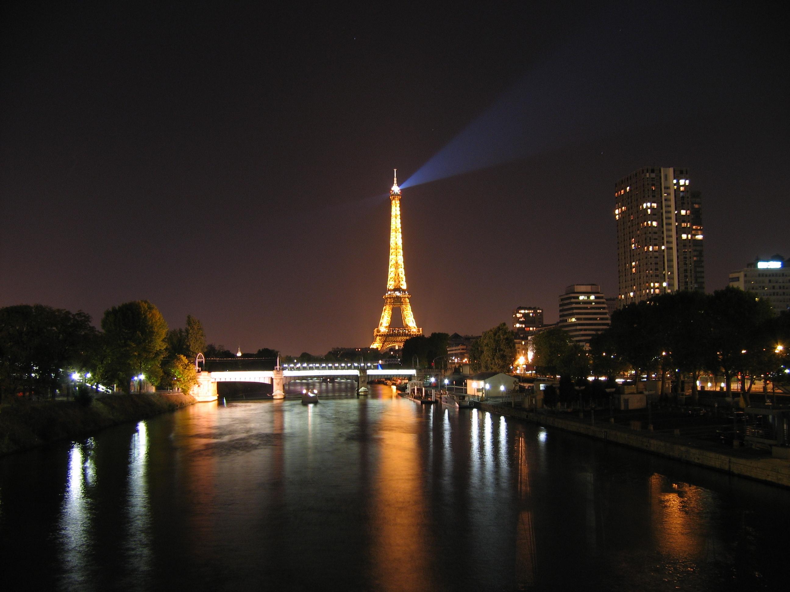 La Torre Eiffel de noche desde el Senna