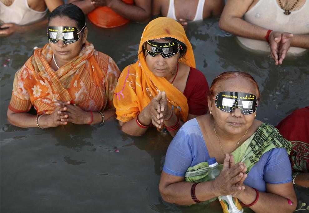 El eclipse desde el río Ganges en la India