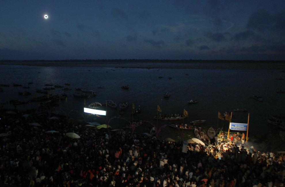 El eclipse desde Varanasi a orillas del Ganges