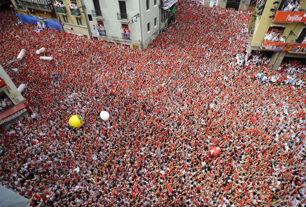 Vista de la plaza del Ayuntamiento de Pamplona durante el chupinazo