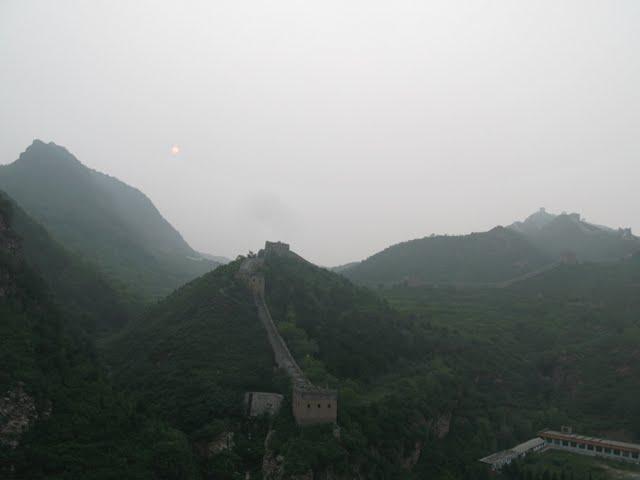 La murall de Simatai con niebla y el sol