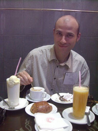 Mario desayunando en la Pastelería des Princes en Marrakech
