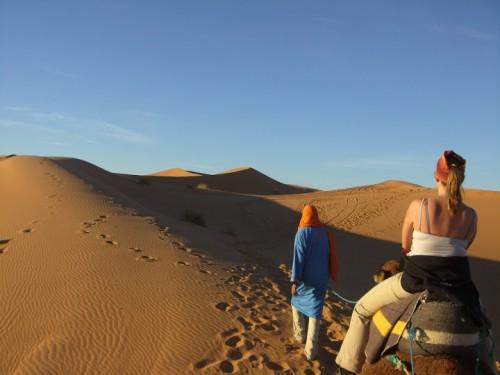 En camello por el desierto de Erg-Chebbi de Marruecos