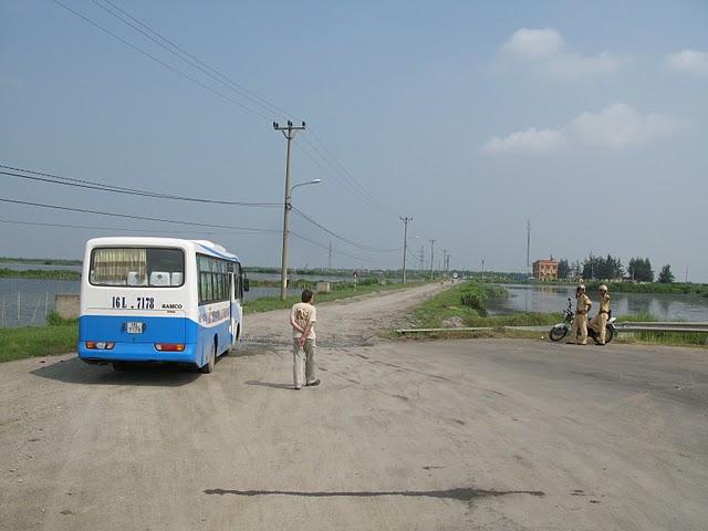 Un autobús esperando en Hai Phong para llegar al muelle para coger el ferry hacia Cat Ba