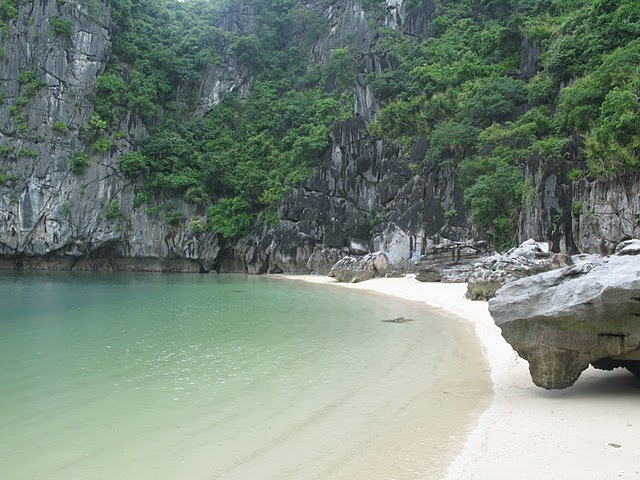 Playa en un islote de Halong Bay