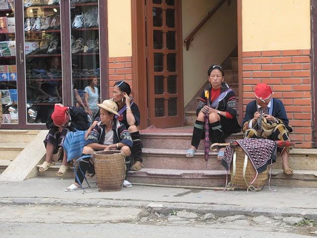 Vendedoras ambulantes de diferentes etnias en Sapa