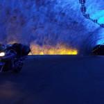 Parado en el túnel de Laerdal en Noruega