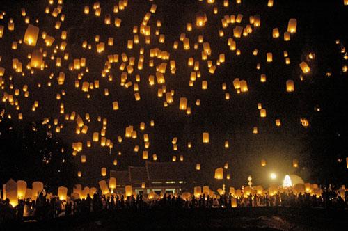 Miles de velas voladoras en Loi Krathong en Chiang Mai, Tailandia