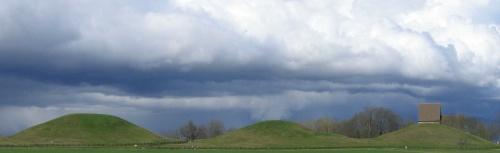 Túmulos donde está enterrado el rey Eadgils. Hacer click para ampliar.