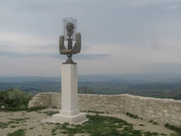 Estatua del marqués de Sade en el castillo de Lacoste