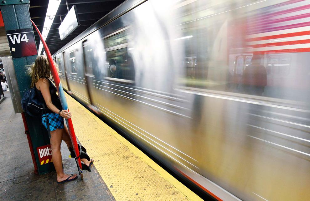 Una surfera en el metro de Nueva York