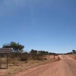 Carretera de gravilla cerca del Waterberg Plateau
