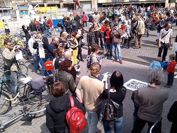 Viendo las estatuas virtuales de la plaza Dam de Amsterdam